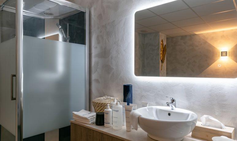 Photo cabine de douche MademoisellA institut de beauté à Rezé Label qualité